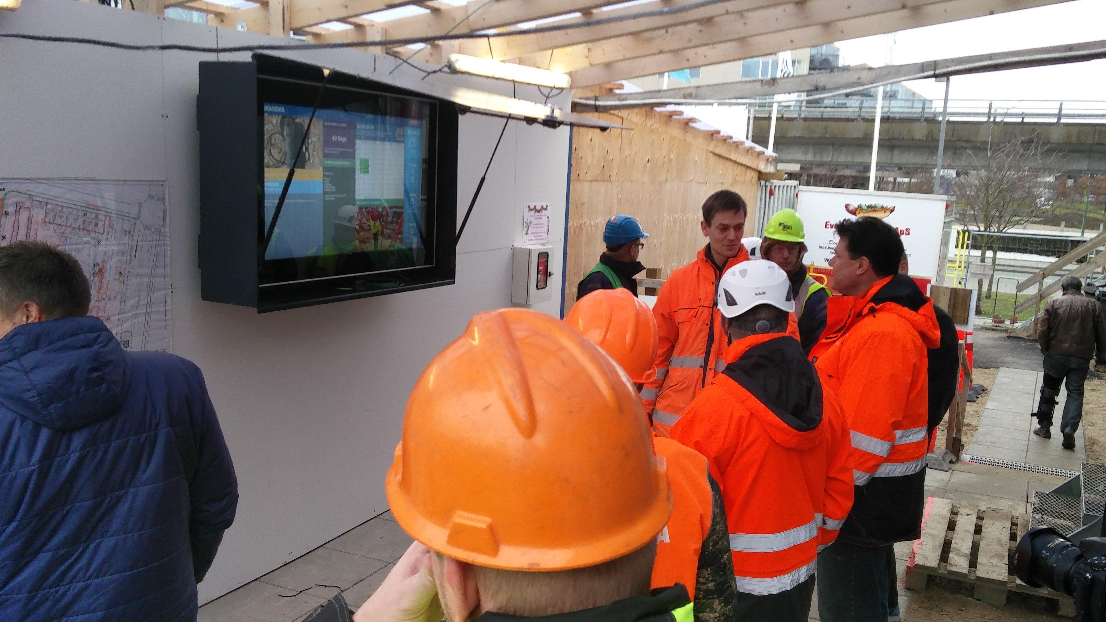 Hårdfør infoskærm målrettet byggepladser